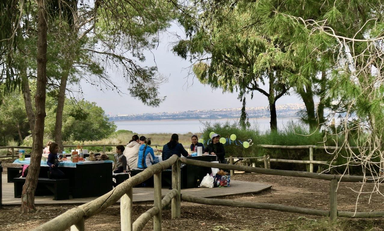Picknick mitt i naturen. Bord och stolar finns på plats.