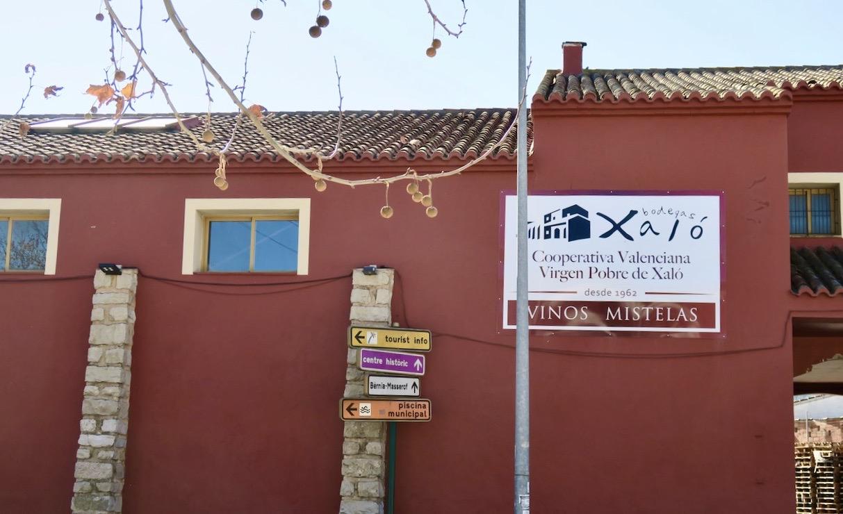 Bodegan i Xaló. Färgglatt även här vad gäller skyltar som visar vägen.