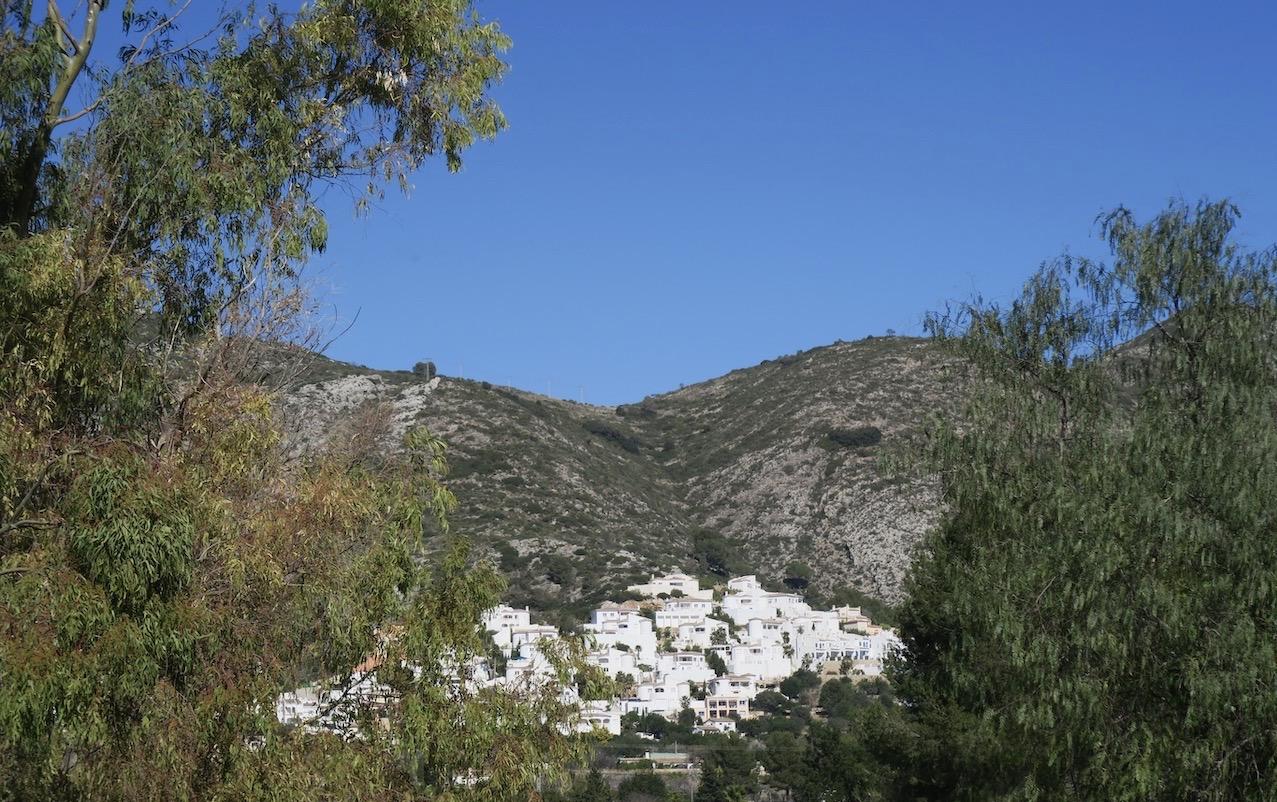 På resan ner mot kusten passerar vo flera små byar som så fint klättrar uppför bergsluttningarna.