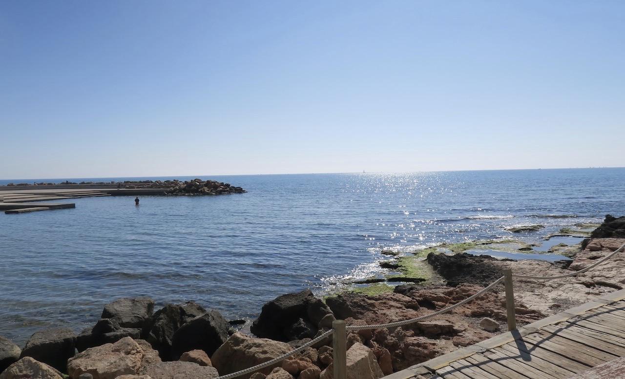 Solen strålar i Torrevieja från en klarblå himmel och Medelhavet glittrar vackert.