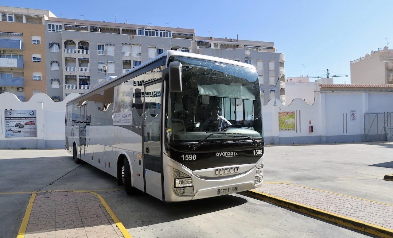 Flygbussen kommer och vi är snart på väg från Torrevieja mot flygplatsen i Alicante- Elche