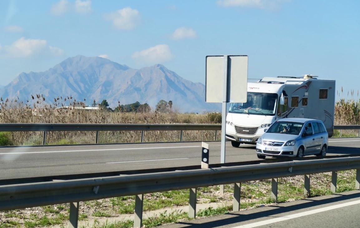 På vägen från Torrevieja mot flygplatsen i Alicante kommer vi allt närmare bergen.