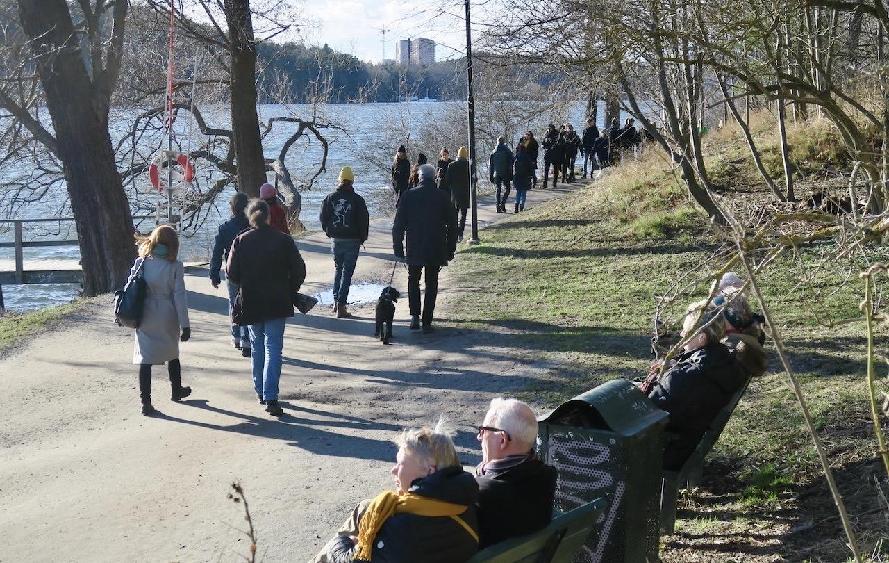 Det vackra vädret lockar många till söndagspromenad längs Årstaviken.
