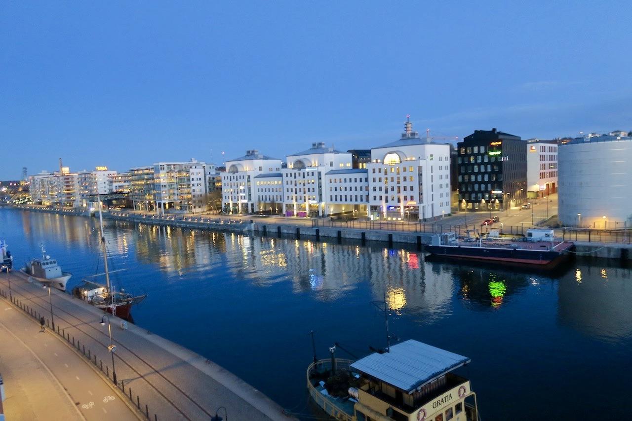 """Utsikt österut. TVärs över kanalen ligger """"sjöstan"""", Södra Hammarbyhamnen. Och längst itll höger skymtar värmeverket, världens största i sitt slag."""
