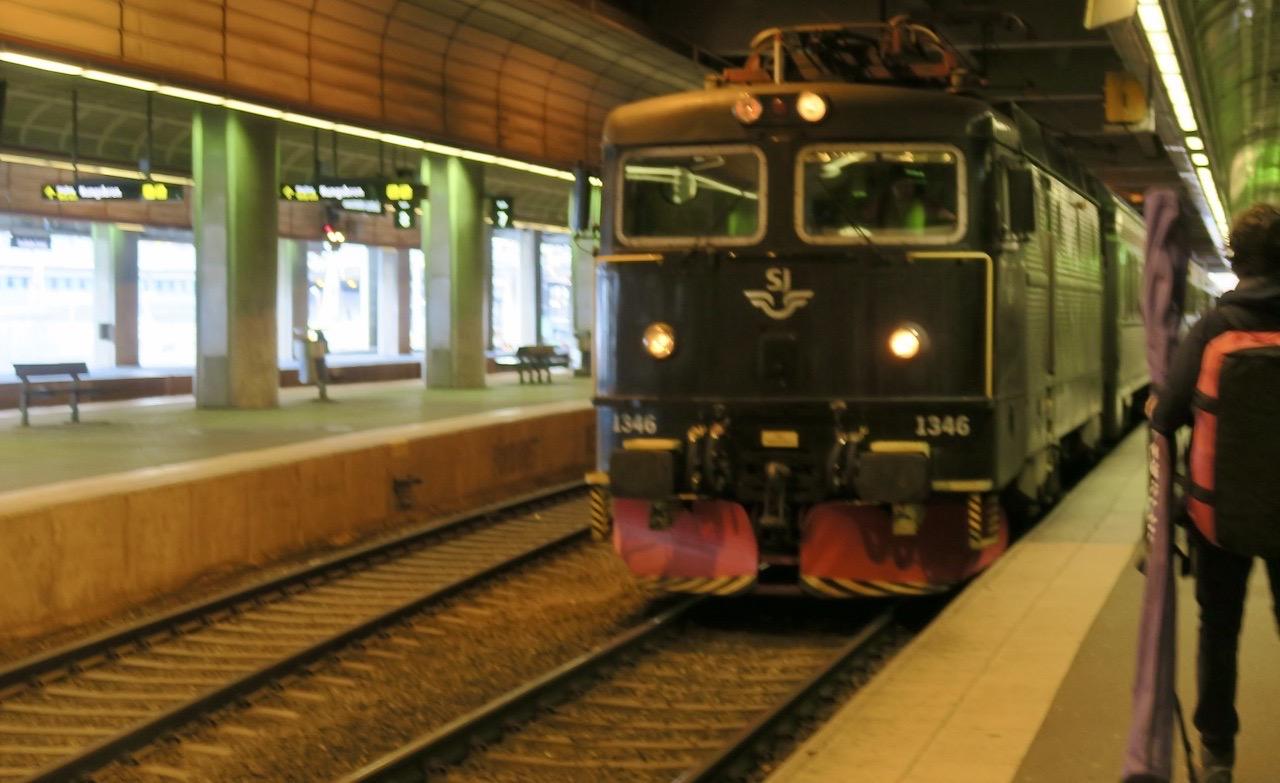 Vårt tåg mot Mora rullar in i god tid på Stockholms central. Och många resenärer ska med.