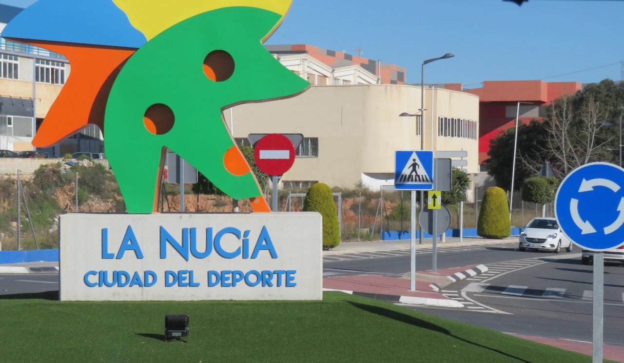 Staden La Nucia, några mil ovanför Benidorm välkomnar med ett färgglatt smakprov. Dock inte ätbart.