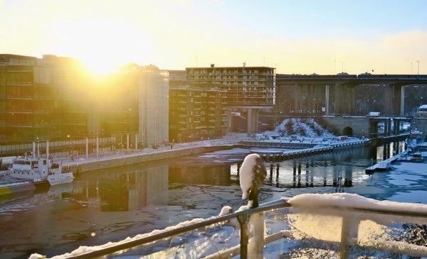 """En stor vak, """"ränna"""" har bildtas i Hammarbykanalen. Här är vattnet bräckt och det tar längre fir för det att frysa till is."""
