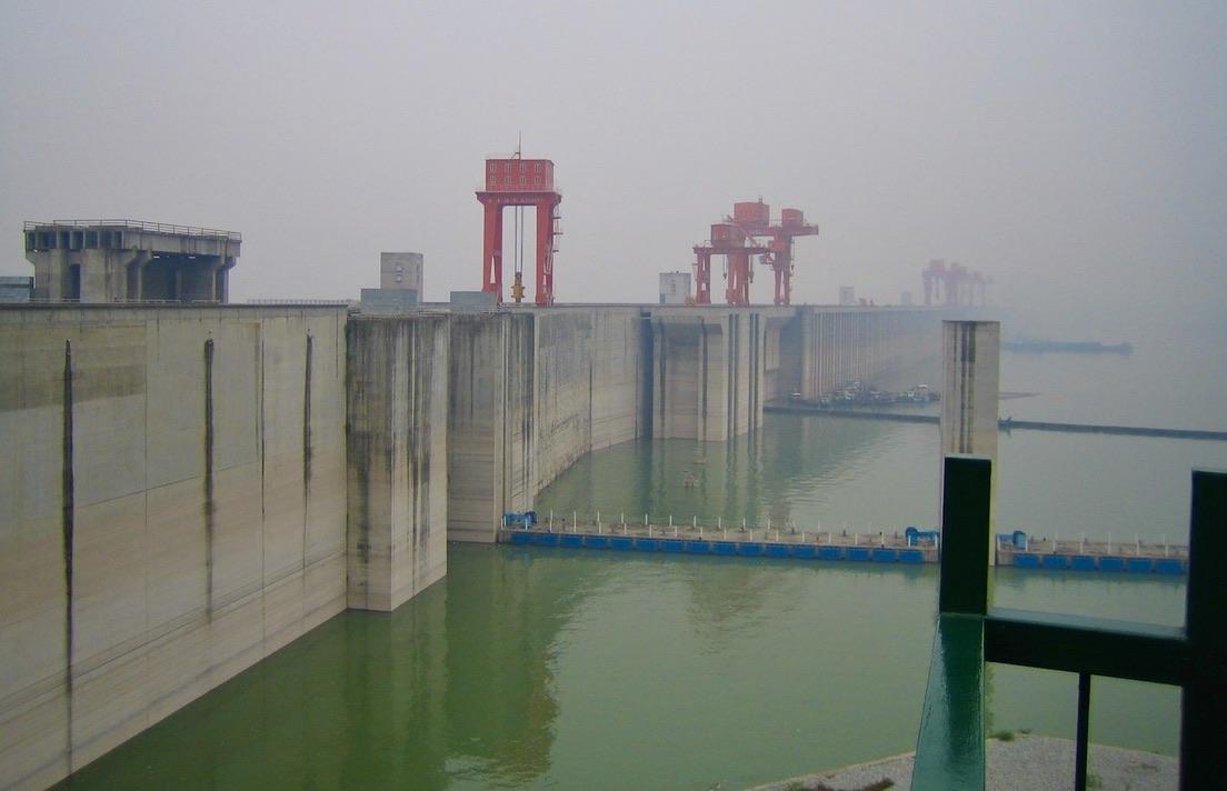 """Totalt är den damm vi passerar här i """"de tre ravinernas dammprojekt"""" 2325 meter lång men avdelad genom flera slussar."""