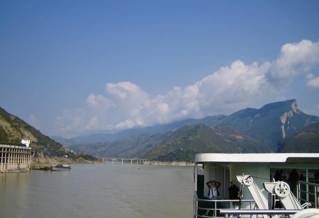 """Vi fortsätter färden på """"De tre ravinernas damm"""" längs Yangzefloden/Chang Jiang i Kina."""