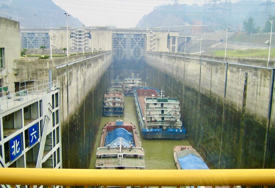 """En rejäl damm här i """"de tre ravinernas dammprojekt längs Yangzeflorden i södra Kina."""