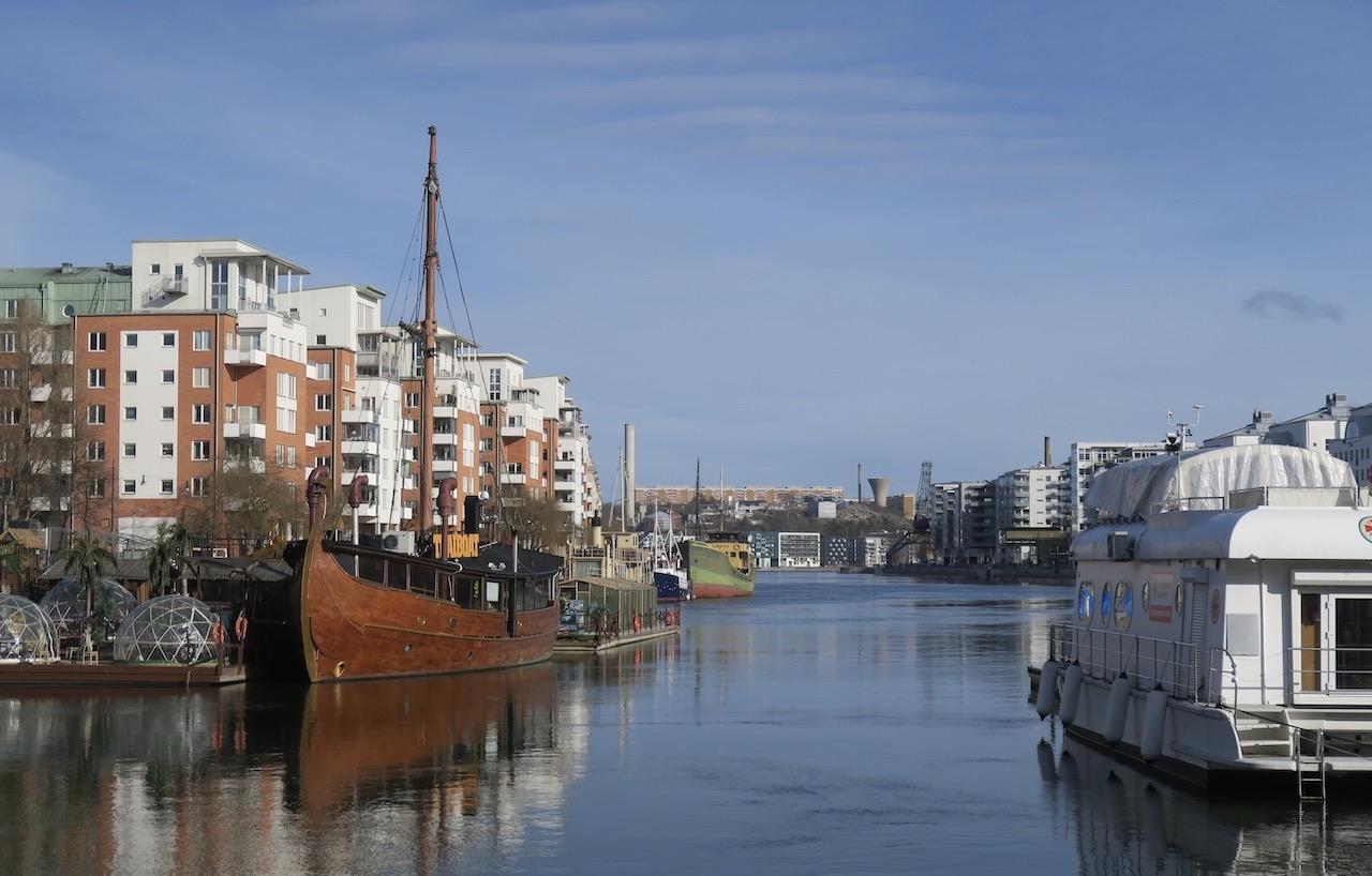 Kajen i Norra Hammarbyhamnen erbjuder fina promenadområden längs vattnet. Både Mälaren och Saltsjön