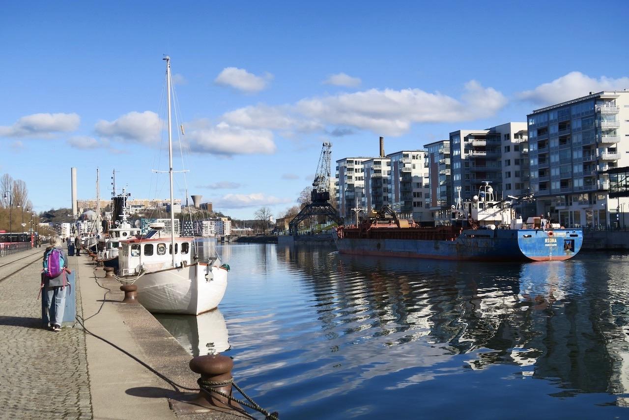 Mot Fotografiska museet. Jag följer kajen längs Hammarbykanalen, Barnängen och Hammarby sjö,