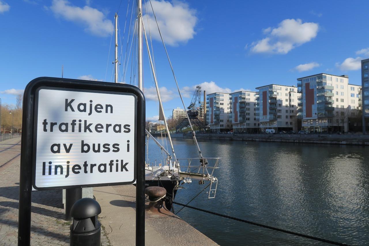 Jag går ut på kajen och börjar min promenad längs vattnet. Hammarbykanalen mot Hammarby sjö.