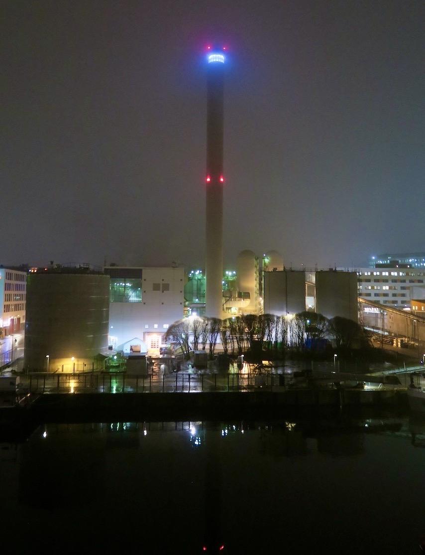 Det som är blått på bilden är ett inglasat rum högst upp i tornet som tillhör världens största värmeverk i sitt slag.
