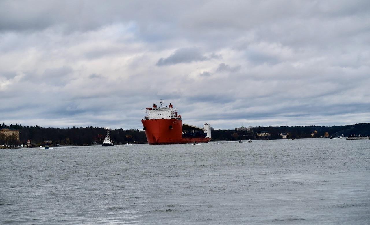 """Här är det. Inloppet till Stockholm. Ett kinesiskt skepp med en """"guldbro""""."""