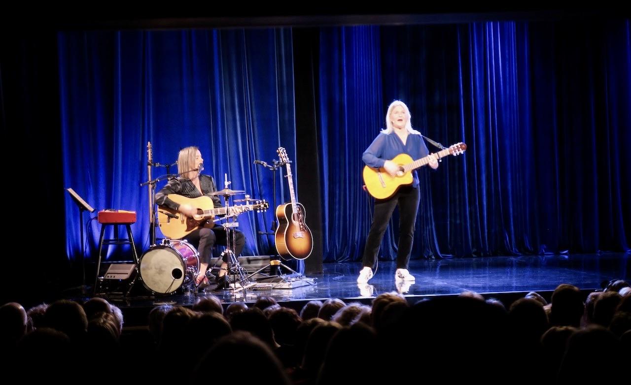 Sissela och Sara framför låten San Francisco från 1967 som legat etta på flera listor när det begav sig.