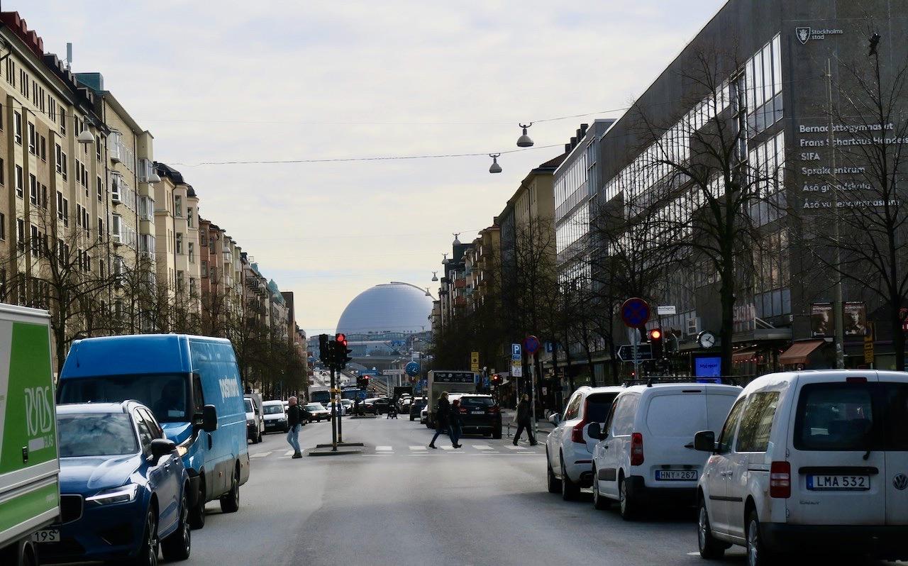 Götgatan på Södermalm. Jag är på väg till Fjällgatan på norra delen av Söder. Globen skymtar i bakgrunden.