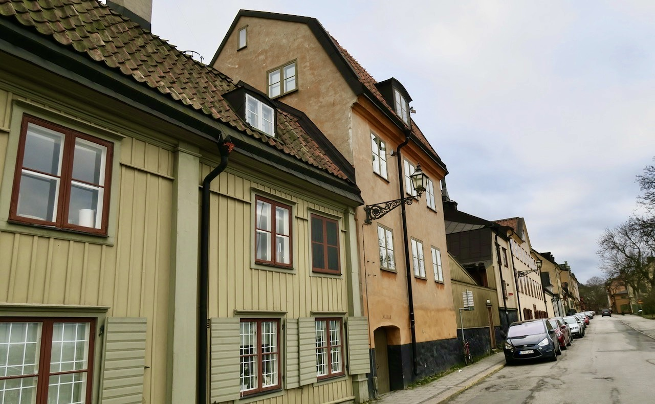 DEeflesta hus längs Fjällgatan är byggda på 1700-talet och är av trä.