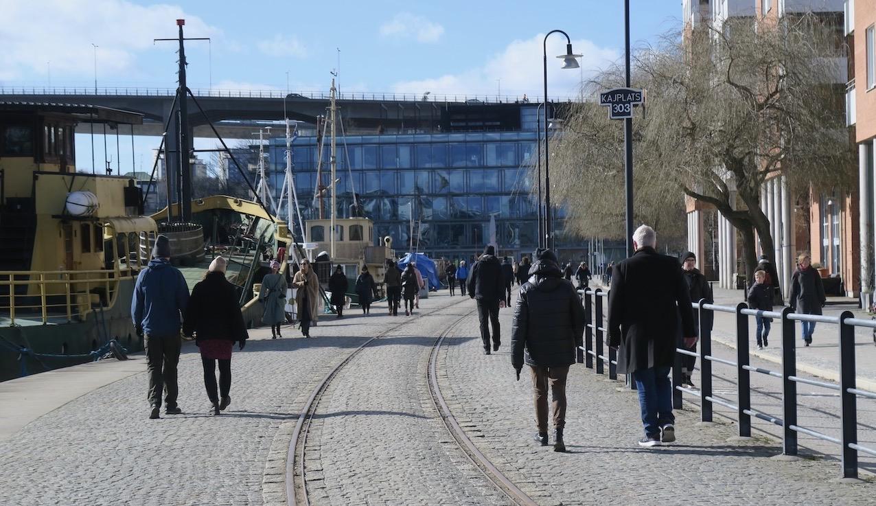 Kajerna längs vattnet i Norra Hammarbyhamnen är populära promenadstråk.