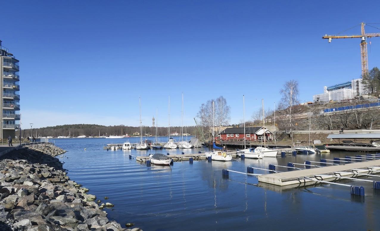 Småbåtshamnen i en vik vid Kvarnholmen.