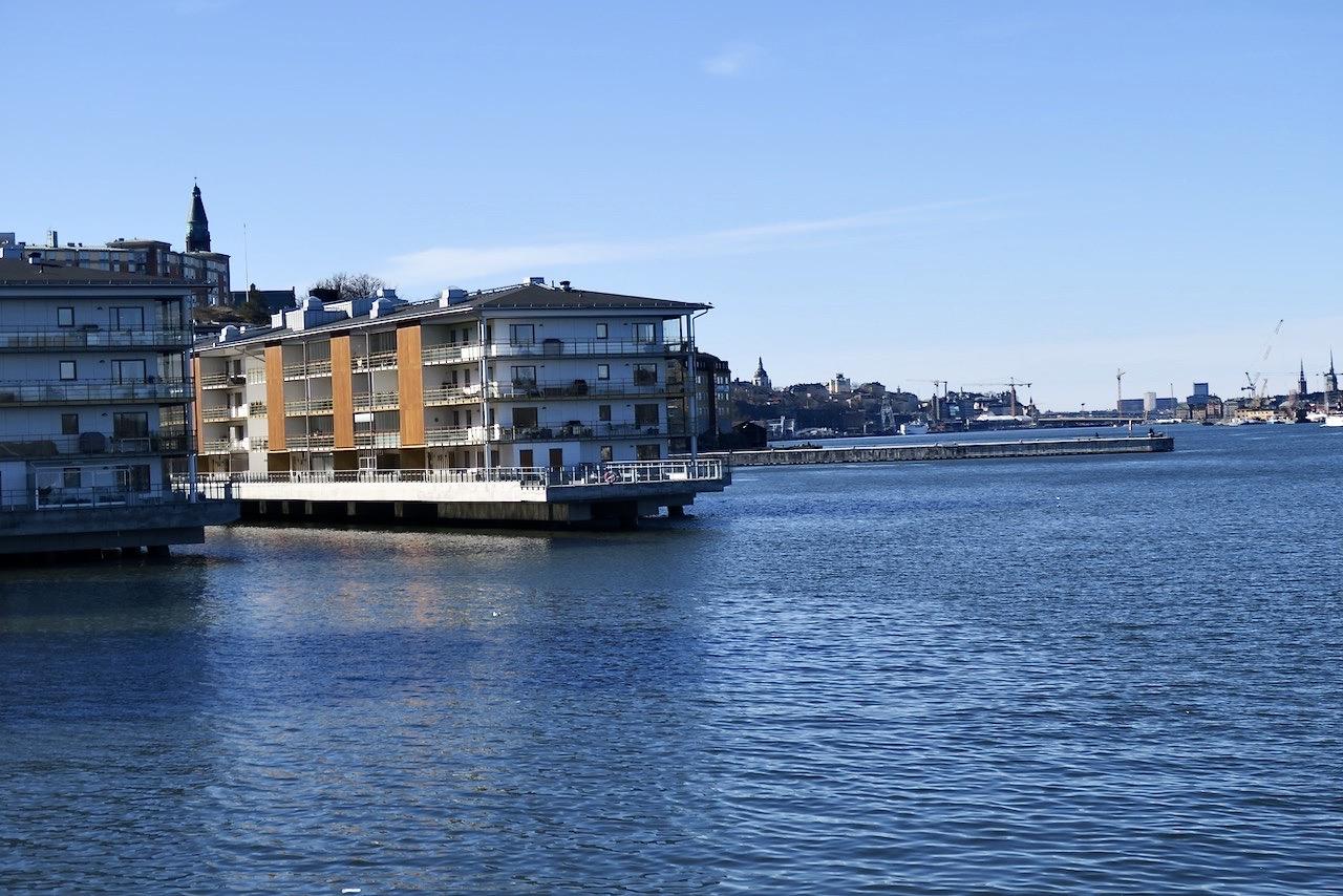 Vi går vidare längs vattnet, från Finnbodaområdet mot Kvarnholmen.
