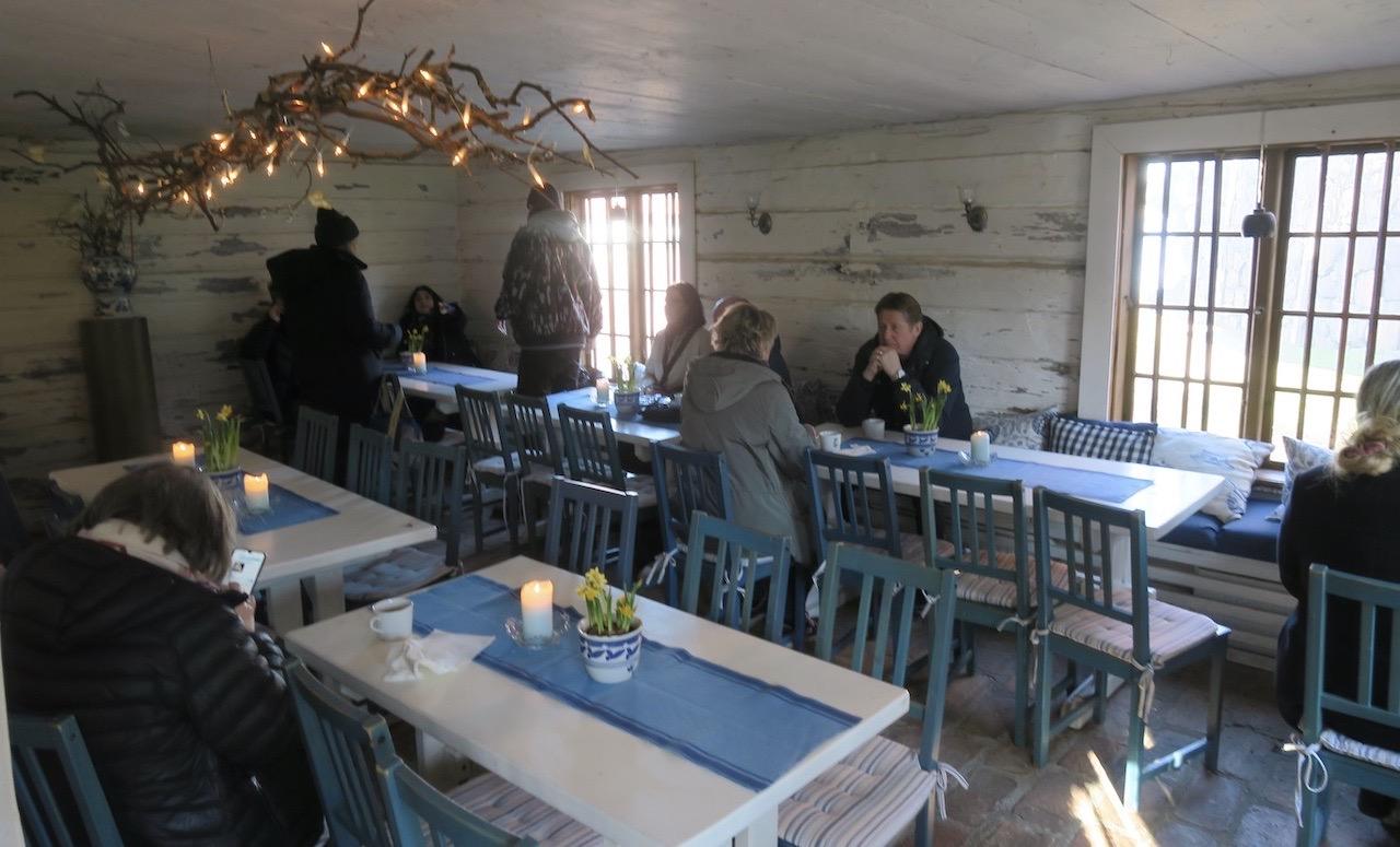 Svindersvik och Café Brygghuset. Mysig inomhusmiljö Och extra lovvärt att gästerna spritt ut sig.
