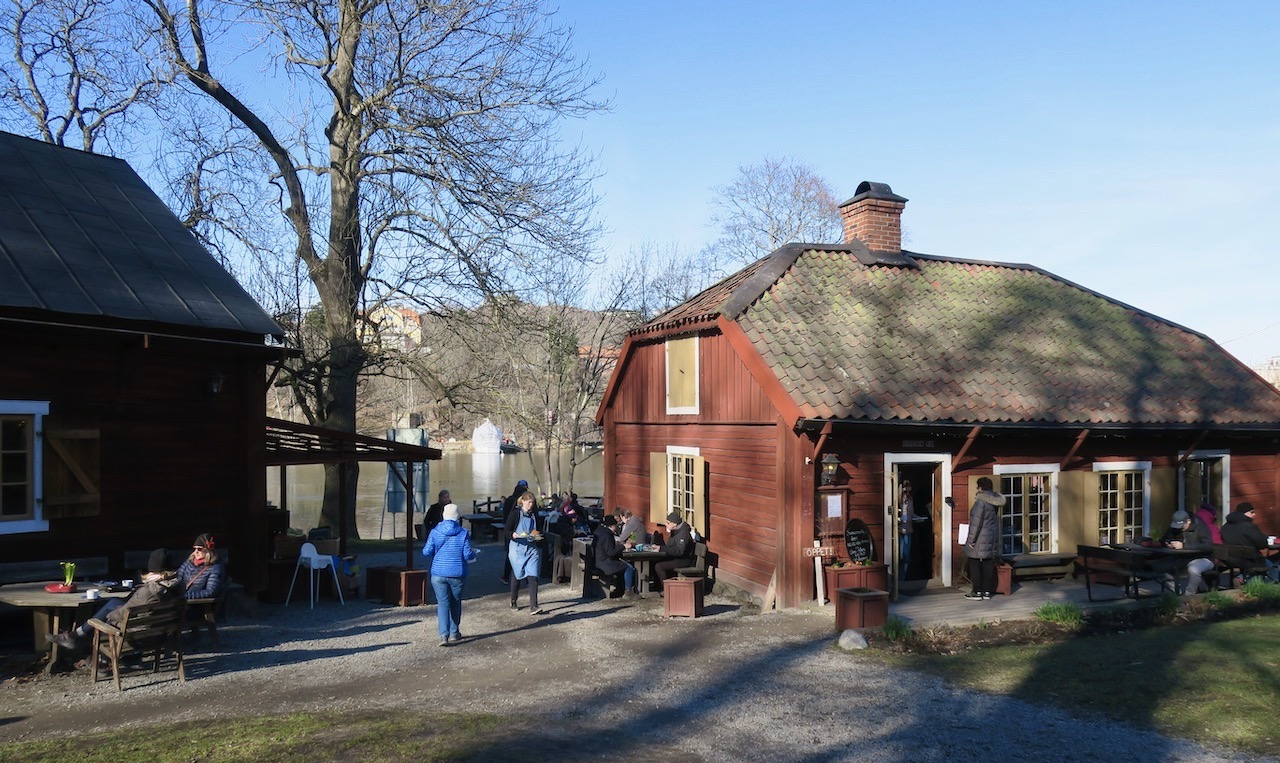 Café Brygghuset vid Svindervik i nacka. Härlig 1700-tals miljö. En favorit bland caféer.