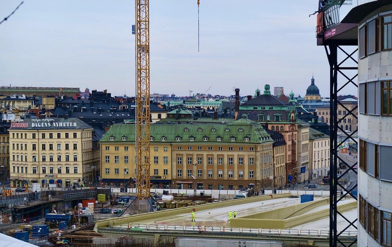 """En överblick. Gamla stan i bakgrunden och """"guldbron"""" Slussens nya på på plats."""