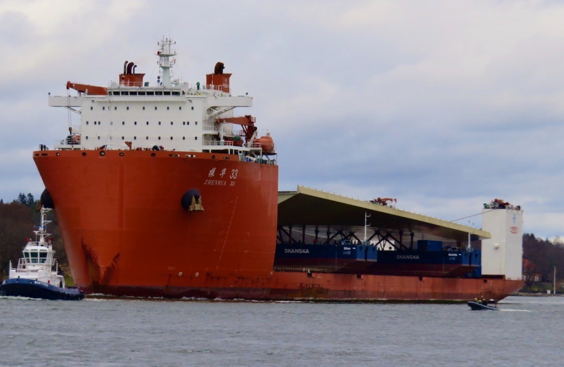 Ett kinesiskt skepp är inte direkt en vanlig syn i inloppet till Stockholm. Här är Zhen Hua nästan framme vid Slussen
