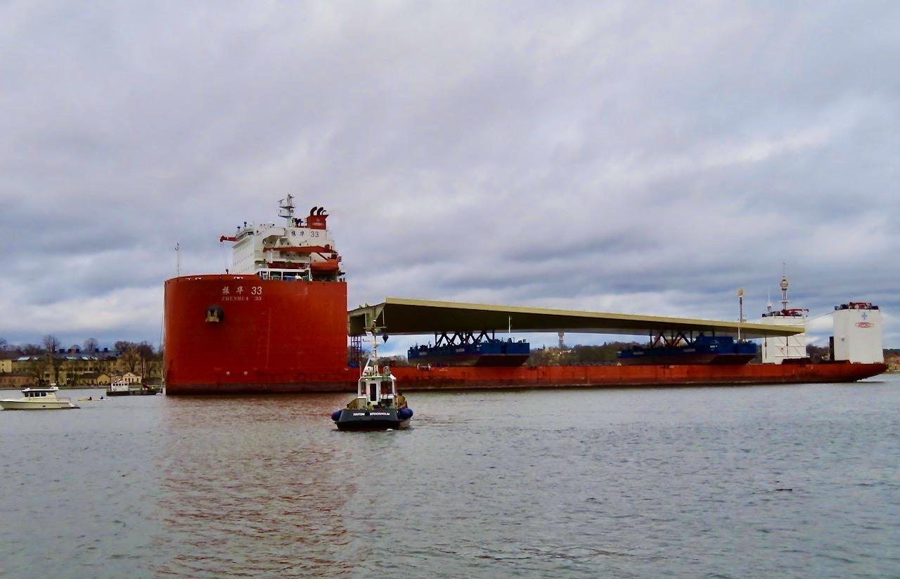 """Ett kinesiskt skepp kom igår lastat med en """"guldbro"""" . En stålbro som ska bli huvudbro i det ombyggnaden av Slussenområdet i Stockholm."""