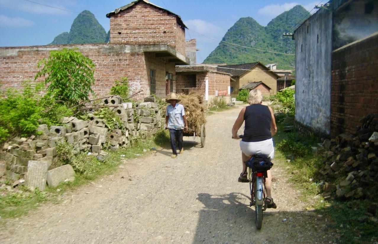 Cykeltur i Yangshou i sldra Kina. Och man får vara beredd att pumpa däcken på de steniga vägarna. är med som