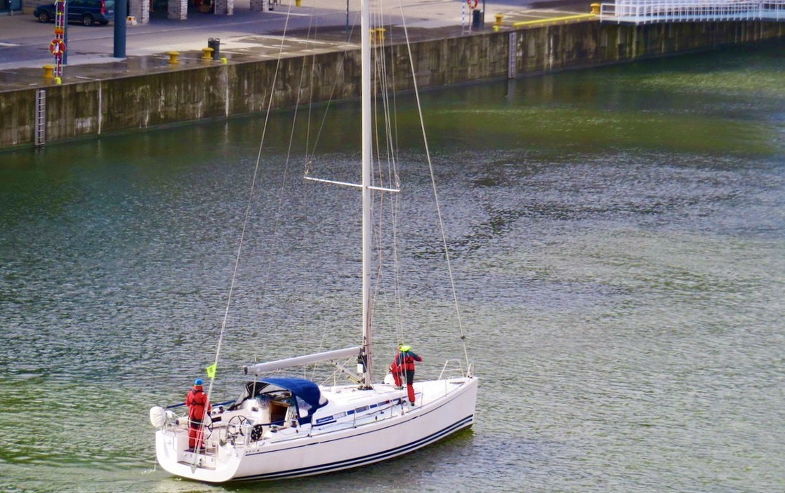 På parkett. Årets första segelbåt i Hammarbykanalen. PÅ väg in i Mälaren