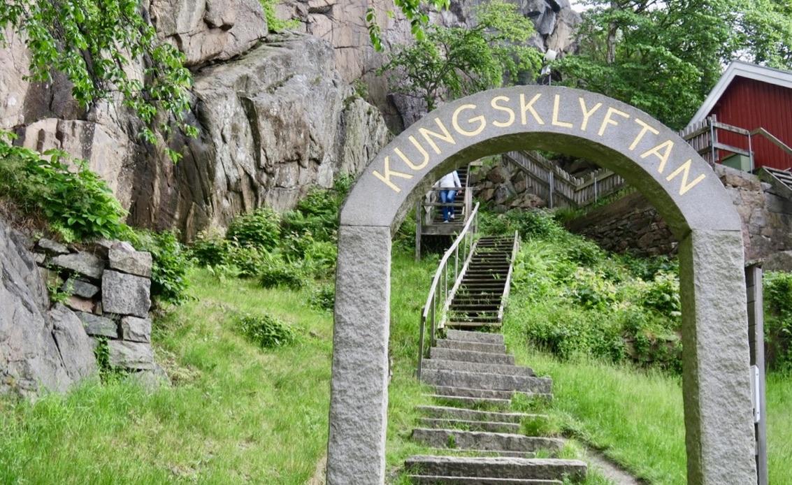Vägen till Kungsklyftan i Vetterberget i Fjällbacka. Här delas berget i två delar av en klippa som också blir ett tak till själva klyftan.