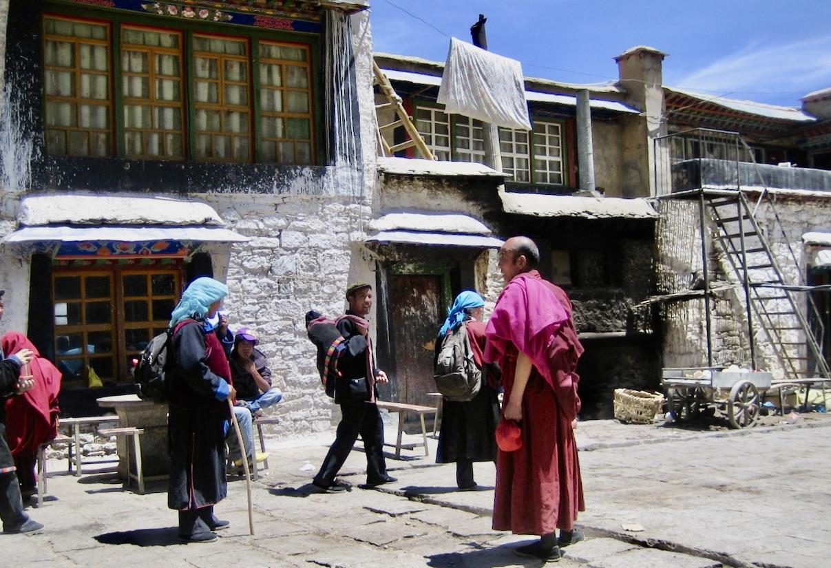 Gandenklostret i Tibet. Vår guide, en munk, väntar på oss för att vi ska vandra runt klostret.