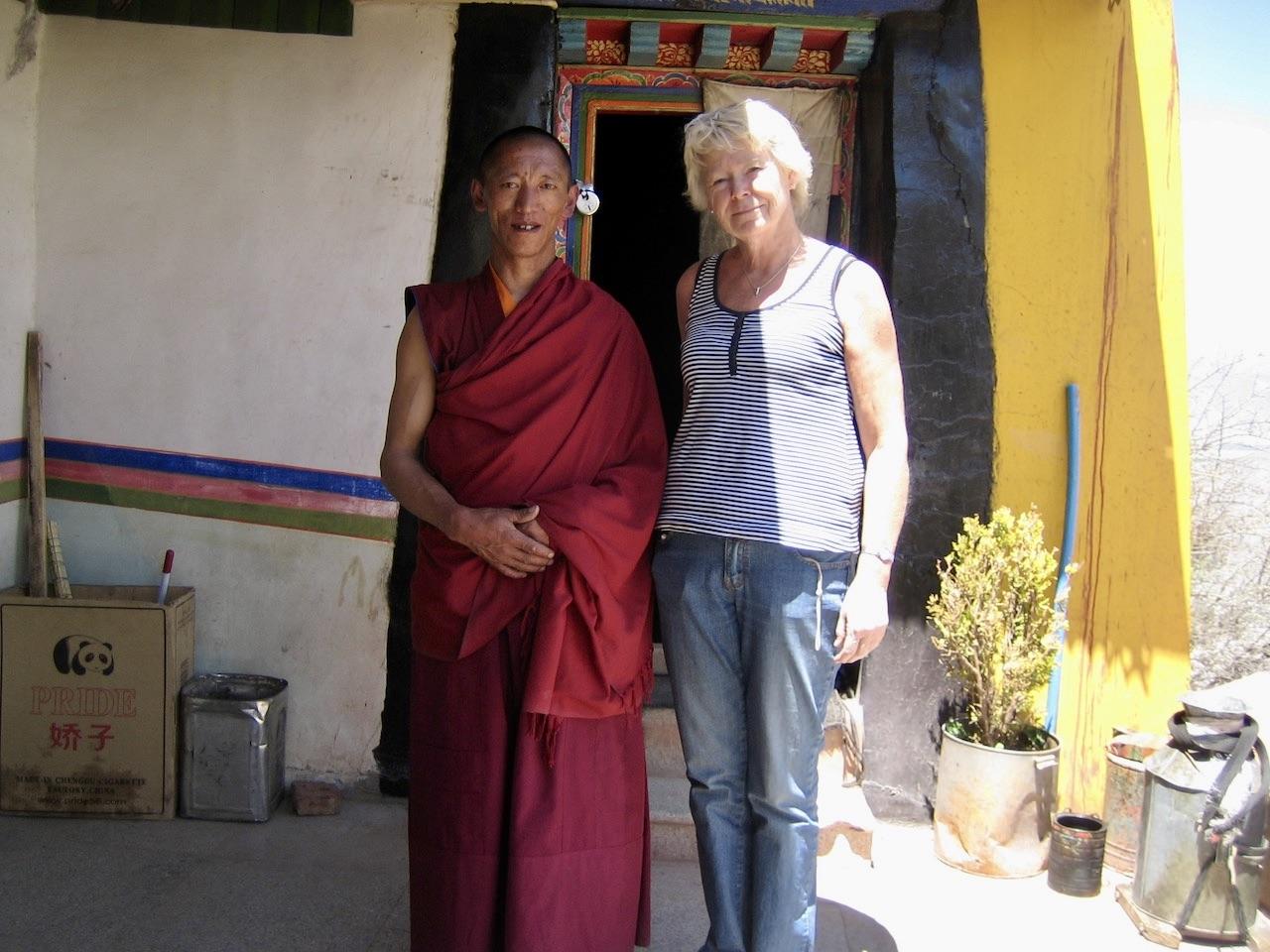Tibet och en bit utanför Lhasa. I Gandenklostret- Och givetvis blev det en bild med mig och en munk.