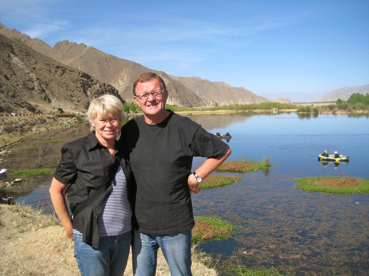 Vatten. En sjö utanför Lhasa i Tibet. Den vackraste sjö jag sett och med tillhörande omgivningar.