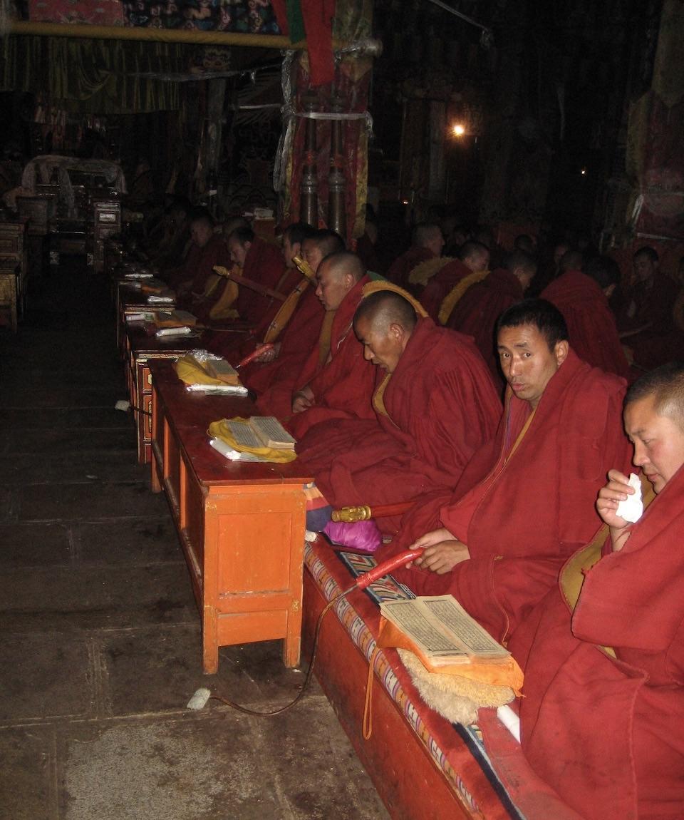 Gandenklostret i Tibet. Det finns en munk som läser verserna före och de övriga läser efter