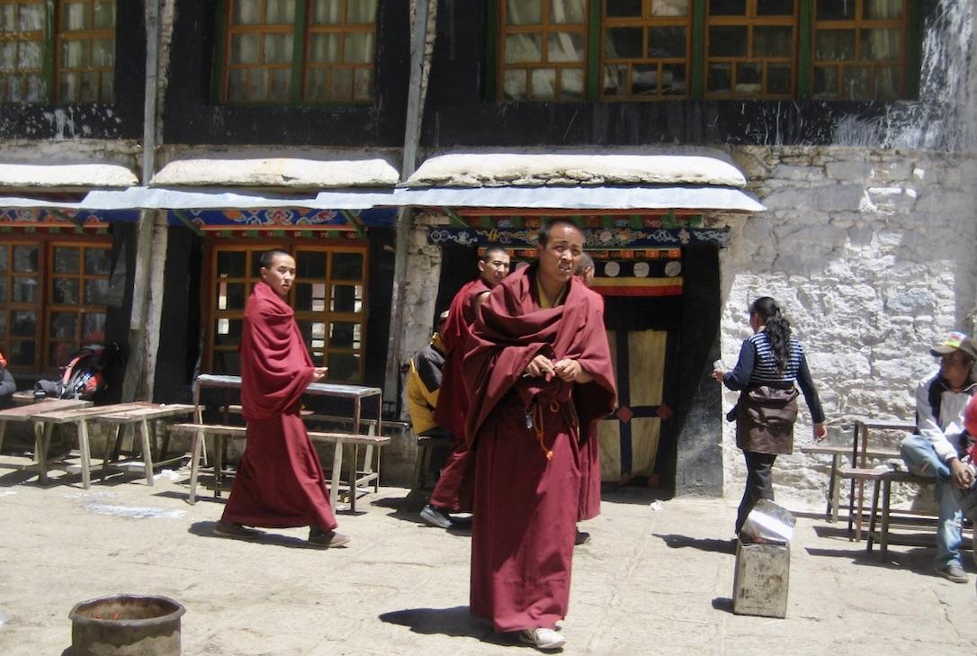 Gandenklostret en bit utanför Lhasa i Tibet.Här blir vi mötta av en munk som ska visa oss runt.