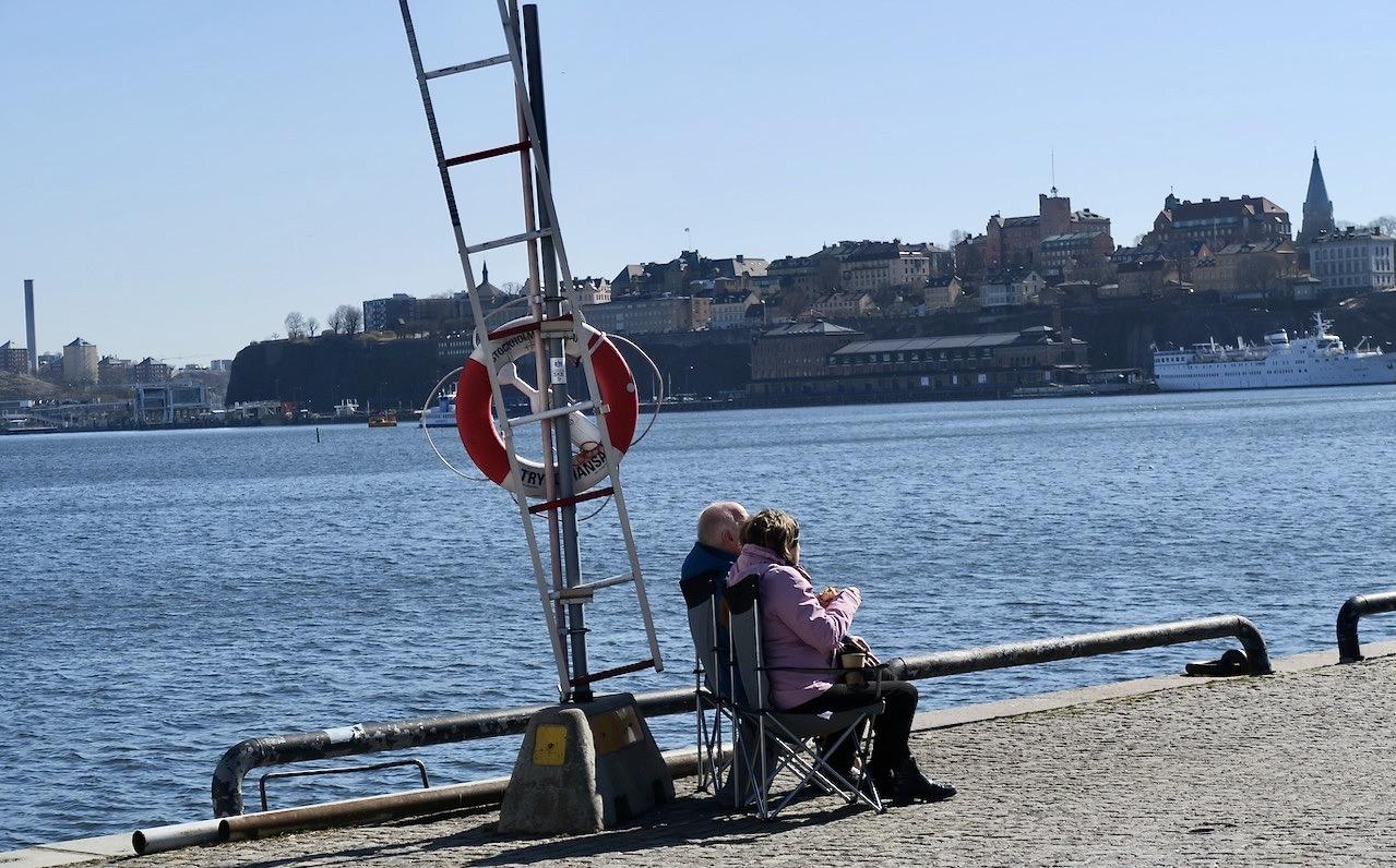 En vacker vårdag i Stockholm innebär att många slår sig ner för att njuta. Här vid vattnet längs Skeppsbrokajenajen.