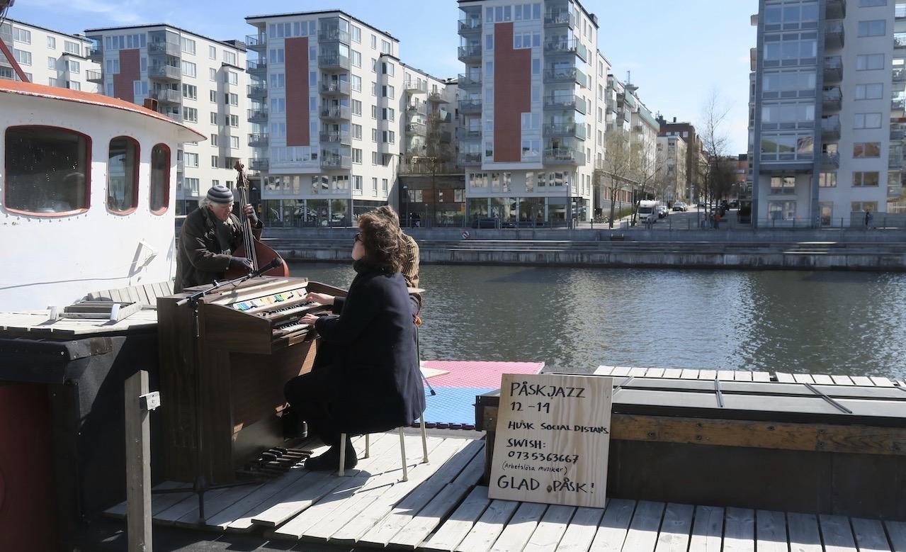 Inleder en glad skyltsöndag med påskjazz från en av husbåtarna hos oss i Norra Hammarbyhamnen