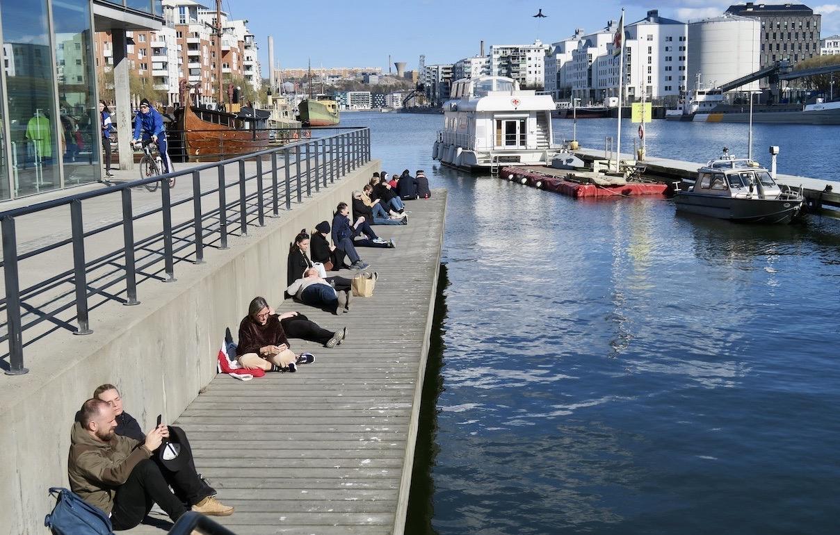 Sysselsättning? Att njuta i solen vid vattnet på Söder vid Hammarbykanalen