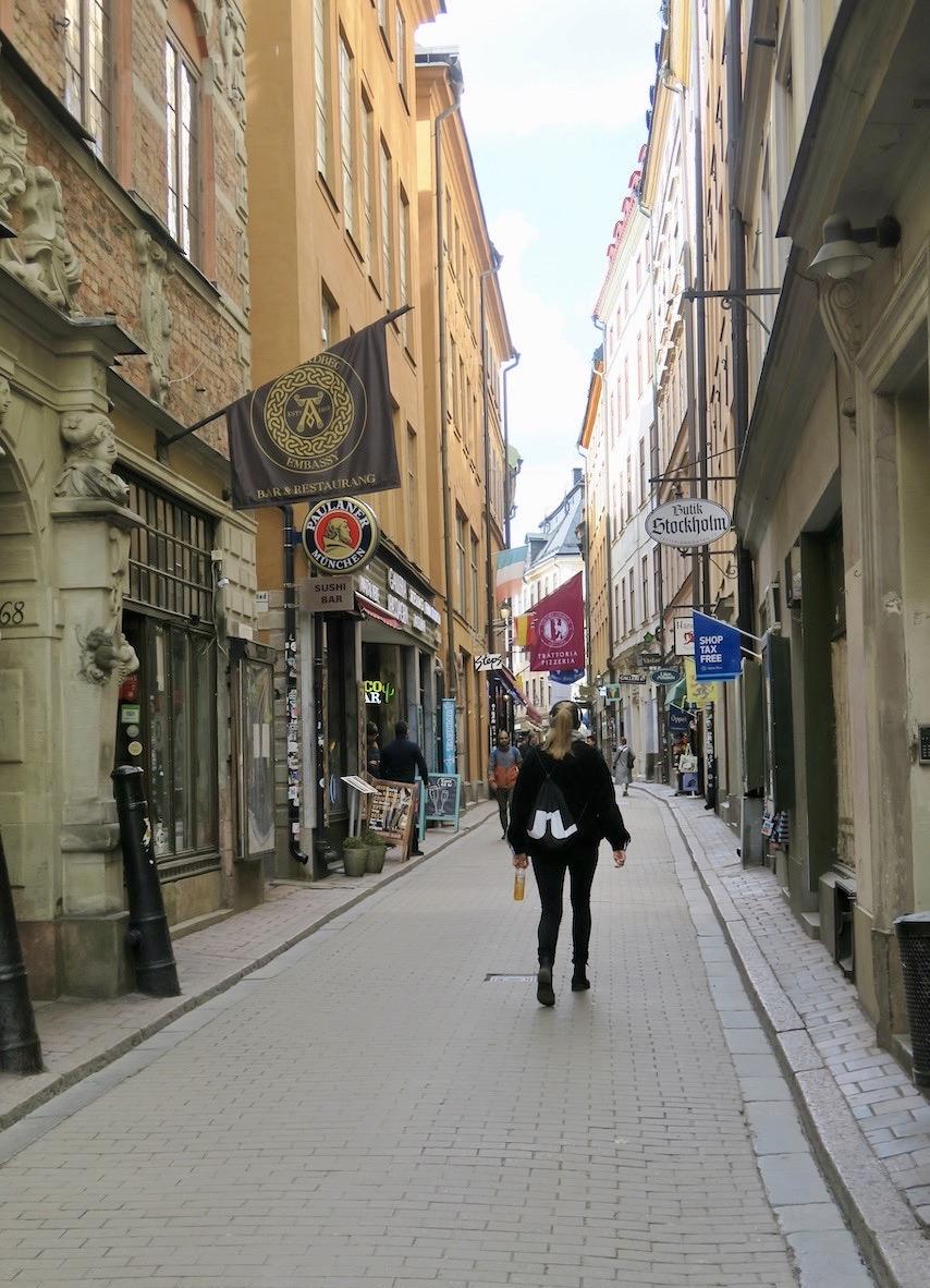 Västerlånggatan i Gamla stan brukar vara fylld av turister och här är det ibland svårt att ta sig fram. Men nu nästan folktomt.