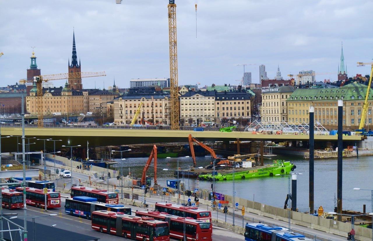"""Vi från Katarinavägen över """"guldbron"""" och Stockholm. Ser ut som om stan är en gigantisk byggarbetsplats."""