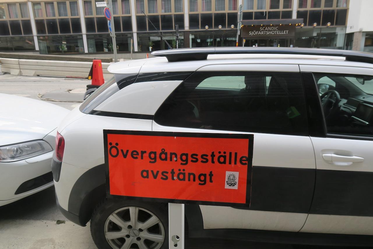 Humor här! Katarinavägen i Slussenområdet. Och med en bil som förstärker budskapet i skylten.