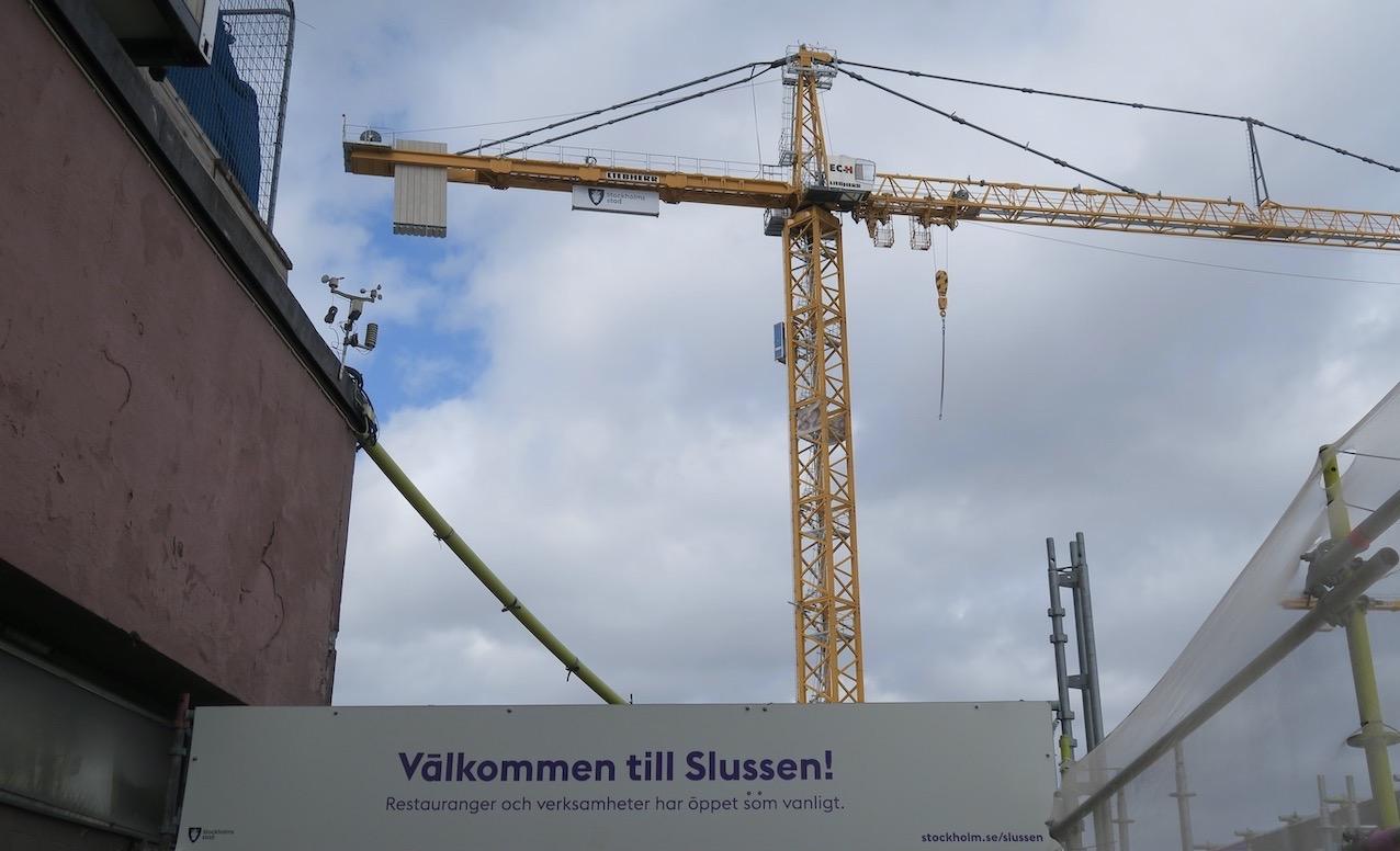 Mer humor. Välkomna till Slussen. Ja man försöker att vi som passerar ska känna oss välkomna.