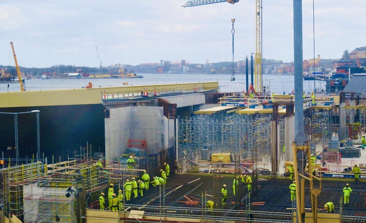 Hela Slussen området är en stor byggarbetsplats. Här jobbar man med bron.