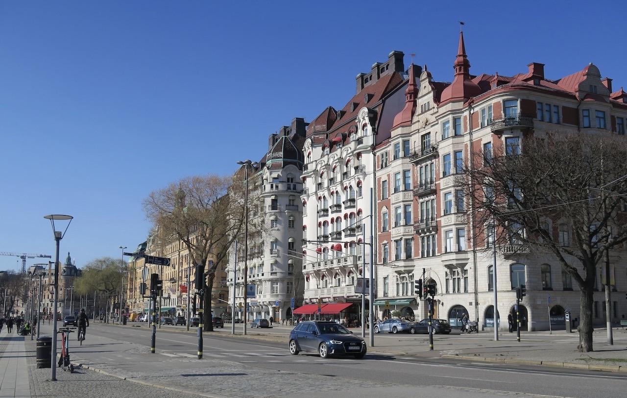 Vår Stockholmspromenad fortsätter längs Strandvägen ännu en bit.