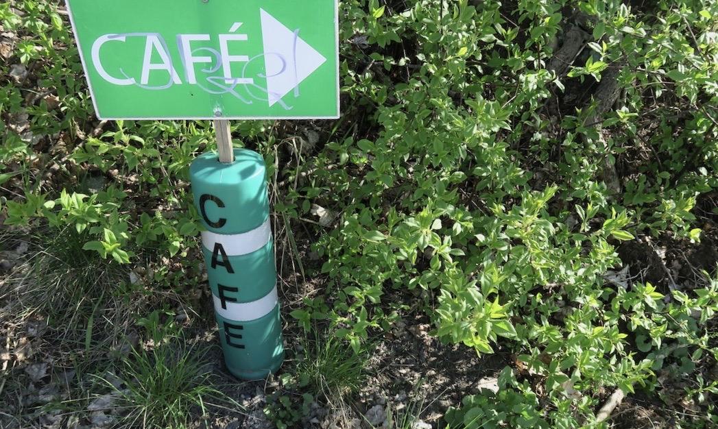 Även en grönskande caféskylt finns längs vägen mellan Nacka starnd och Svindersvik.