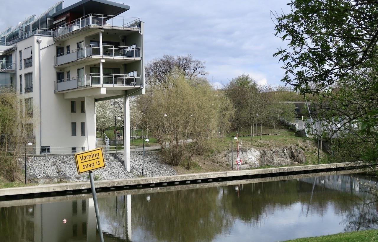 Skrattade gott år skylten här vi Sickla kanal. Kändes inte helt aktuell i dessa grönskande tider.
