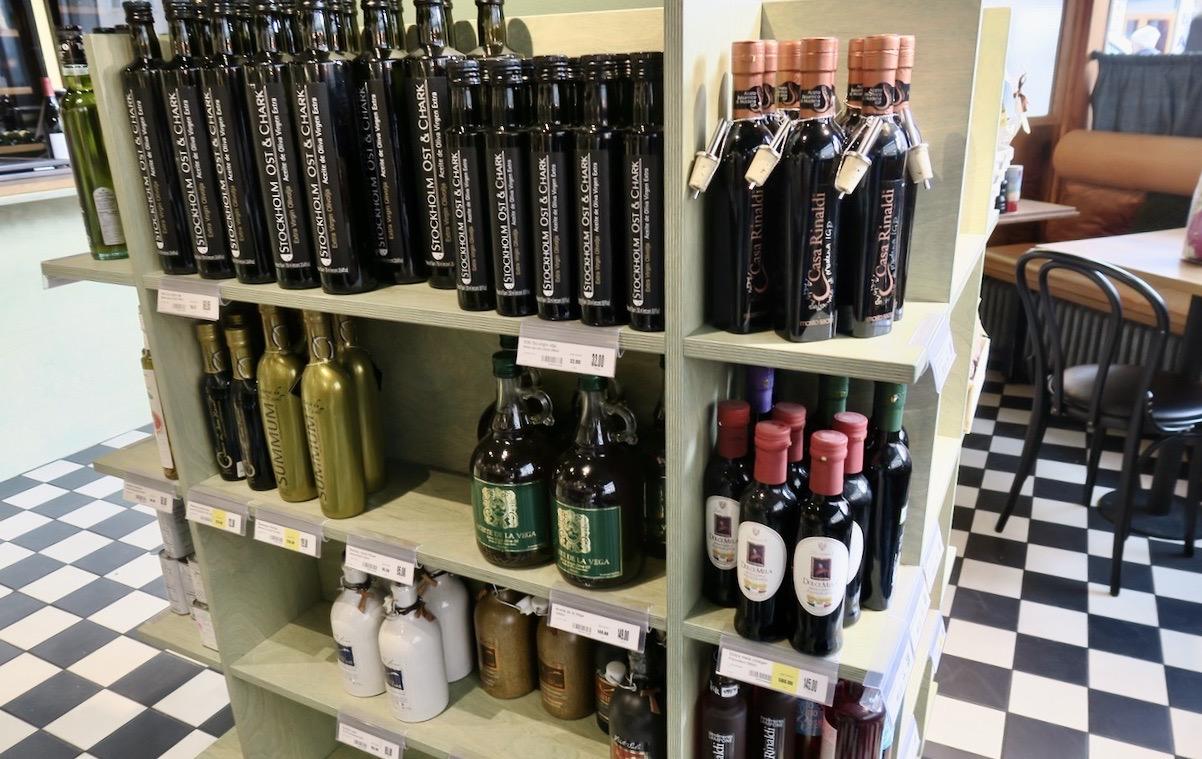 Nyfiken rör jag mig runt om i butiken bland olivoljor, balsamvinäger och andra varor.